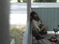 駐輪場の隅に隠れてオナニーする露出狂娘