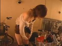 自転車のサドルでサドルオナニーするミニスカギャル