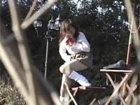 かわいらしい女子校生が野外で発情して公園の椅子で角オナニー