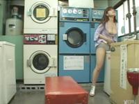 巨乳の女がコインランドリーで洗濯機の角や椅子の角で角オナニー