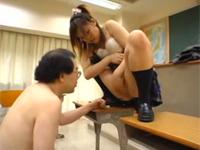 先生の目の前で高速手マンオナニーして潮を垂らすJK