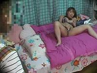お部屋オナニーでアクメ(絶頂)の瞬間を母親に見られてしまった女子