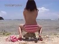 ビーチでビキニのまま擦り付け角オナニーする女エロすぎwww