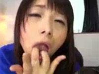 指オナで出た自分の白濁マン汁を舐めながらオナる美熟女