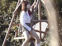 公園の木のブランコにアソコを擦りつけて野外擦り付けオナニーを始める女子校生