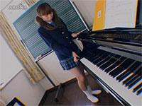ピアノのレッスン中に発情したJKがピアノの角でオナニーを・・・