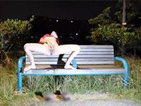 夜の公園で本気で露出オナニーをしてエビ反りアクメするド変態女