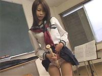 放課後の音楽室で縦笛をアソコに擦り付けてオナニーする美少女系JK