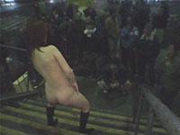 ガチで歩道橋の階段でバイブオナニーを一般のオッサン達に披露するド変態娘