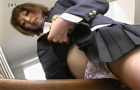 机の角にアソコを擦りつけて角オナするJK