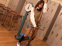 身長測定器にアソコを擦り付けて教室で擦り付けオナニーをおっぱじめる性欲旺盛なJK