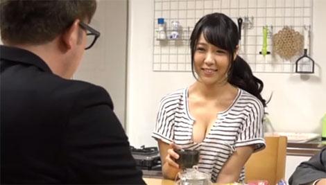 上司の奥さんの胸元が気になる同僚