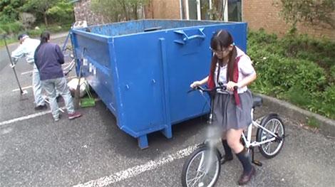 ゴミ捨て場の側で隠れてオナニー