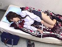保健室で発情したJKがビニール傘をアソコに擦り付けてオナニーを始めてしまう!
