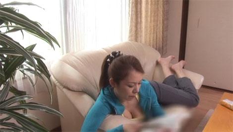 自宅ではノーブラにスウェット姿の人妻