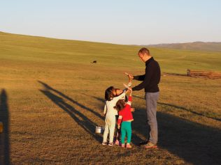 Julien joue avec les enfants