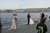 Photo de mariés devant la Neva à Saint Petersbourg