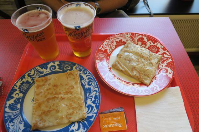 Photo d'un repas: blinis et bières