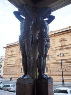 Photo de statues colossales - Nouvel Hermitage