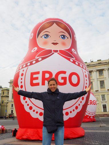 Photo d'une personne devant une Matrioska gonflable géante