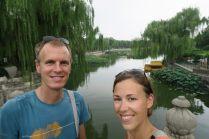 Photo de personnes devant un lac