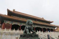 Sculpture en forme de lion devant un batiment ancien