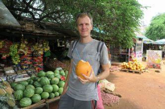 Julien avec une King Coconut prête à être savourée