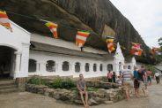 Pose devant la galerie de l'entrée des caves, Gold temple
