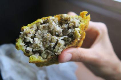 Un samossa avec des lentilles et de la noix de coco