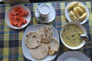 Petit déjeuner à Mirissa : coconut rottis et Curry de Dhal (lentilles), un délice !