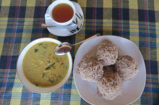 Petit déjeuner à Mirissa : string hoppers salés avec curry de Dh