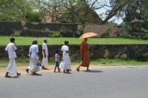 Passants dans les rues du fort
