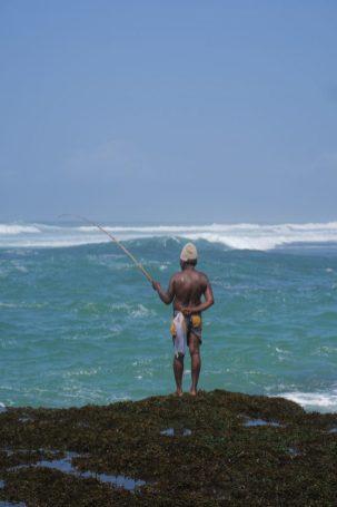 Pêcheur sur un récif