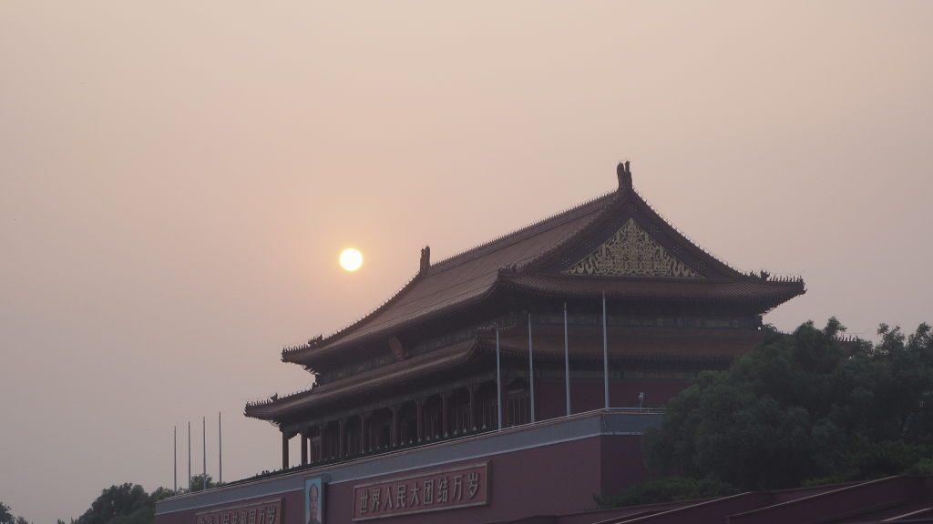 Porte de la paix céleste, au nord de la place Tiananmen sous le soleil, voilé par la pollution