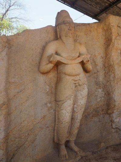 Une statue de plus de 3 mètres de haut, sculptée à même la roche...