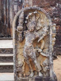 Stèle sculptée devant le Vatadage