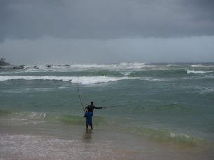 Pêcheurs à la ligne, sur la plage