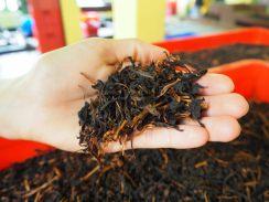 Feuilles de thé séchées, avec des restes de branches