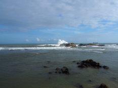 """Les puissantes vagues qui s'écrasent sur les rochers devant le """"Flagrock bastion"""", qui servait à alerter les bateaux du danger"""