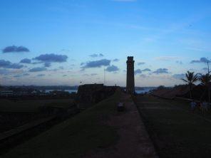 """La """"clock tower"""" du fort, à la tombée du jour"""