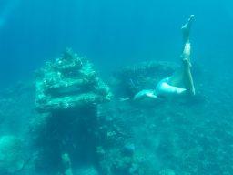 Elise en plongée à coté du temple immergé