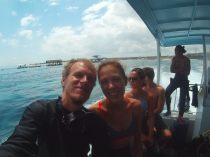 Ju & Li sur le bateau avant les plongées