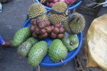 Fruits indonésiens : le durian en haut et le salak ou fruit serpent au milieu