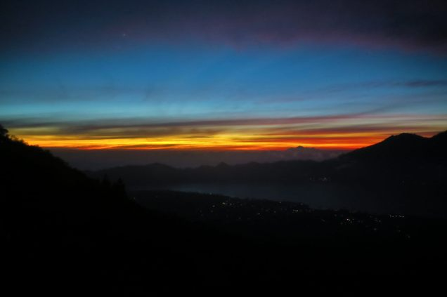 Le ciel rougit à l'approche du soleil