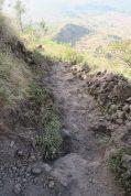 Le chemin : de la poussière, et des roches qui roulent sous les pieds. Il faut se méfier à la descente !
