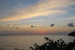 A l'horizon, le haut de la sphère du soleil émerge depuis l'océan