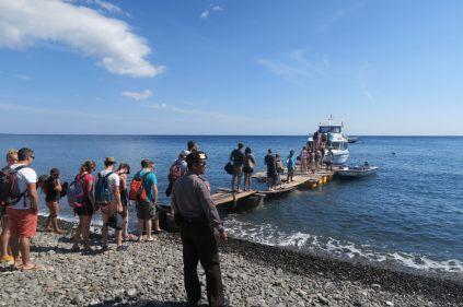 Puis les passagers embarquent sur le fastboat, sous l'oeil d'un policier (pourtant peu présents dans ce coin de l'île)