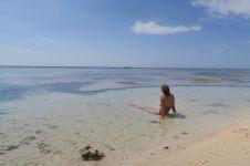 Elise barbote dans une poche d'eau. A marée basse, il faut marcher (sur des rochers) sur 100 mètres avant de trouver du fond