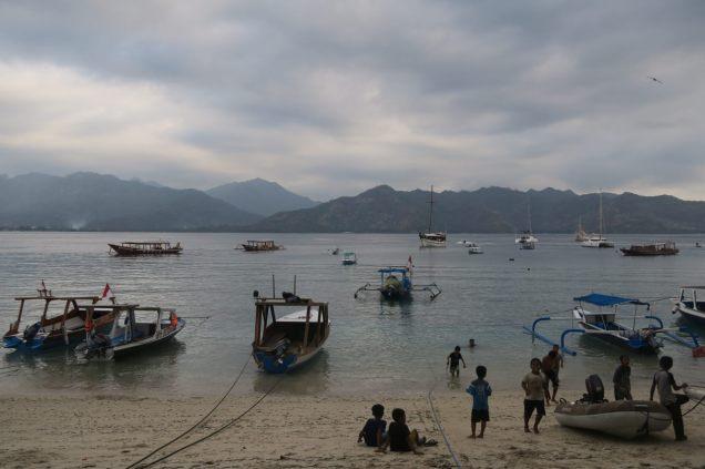 Scène de vie sur la plage du port, à la tombée du jour