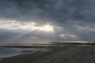 Le soleil illumine les plages de la côte Est de Gili Air